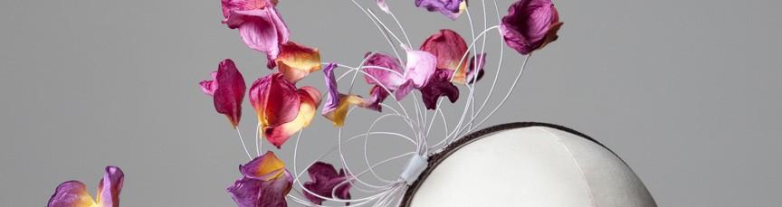 bibi serre tête avec pétale de fleurs rose et violettes, élégant et féminin